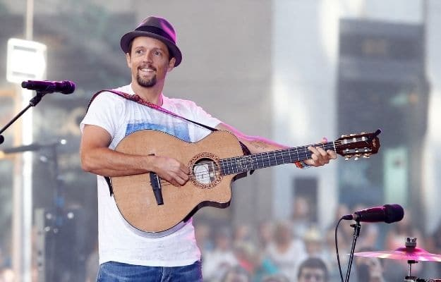 Jason Mraz performing with his guitar on stage | Jason Mraz | Famous Vegan Celebrities And Their Reasons For Living A Vegan Life