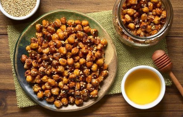 Chickpeas roasted with sesame and honey-ca | 9 Best Vegan Snacks You Won't Feel Guilty About Eating | Roasted Chickpeas